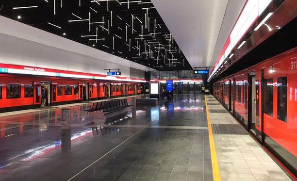 Metrojunat seisoivat Keilaniemessä molemmilla raiteilla.