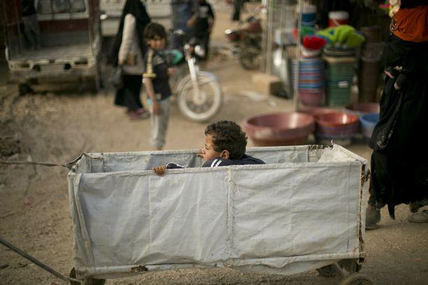 Al-Holin leirillä Pohjois-Syyriassa lapsi leikkii kärryssä. Uutistoimisto AP kertoo, että  kansainvälisen avustusjärjestö IRC:n raportin mukaan maaliskuun viimeisellä viikolla leirillä kuoli 31 ihmistä.