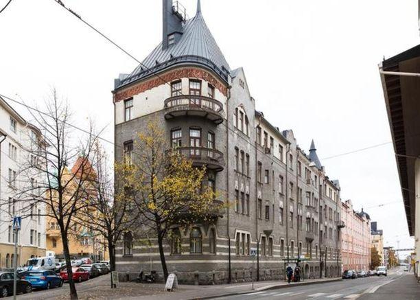 Tämä jugendtalo sijaitsee Helsingin Katajanokalla.