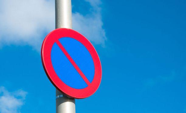 Pysäköinti kielletty -merkki varastettiin Oulussa.