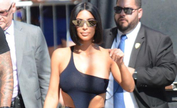 Kim Kardashian suivaantui, kun hänen kehoaan kritisoitiin avoimesti somessa. Hän on sittemmin laukonut takaisin vihjailuja kriitikon homoseksuaalisuudesta ja feminiinisyydestä.