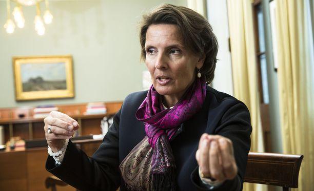 Iltalehden haastattelemat keskustan kansanedustajat katsovat, ettei Berner voi toimia samaan aikaan ministerinä ja ruotsalaisen pankin hallituksessa.