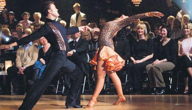 DOLSSEIHIN Kotiinlähdöstään iloinen Joonas Hytönen virnuili jatkavansa tanssijan uraansa Dolls-tanssiryhmässä.
