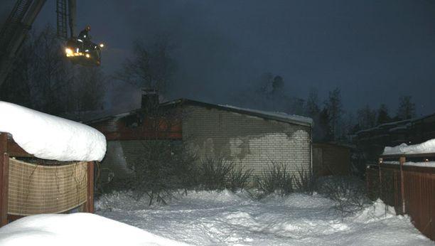 Palomiehet sammuttivat rivitalon paloa nostokorista käsin varhain aamulla.