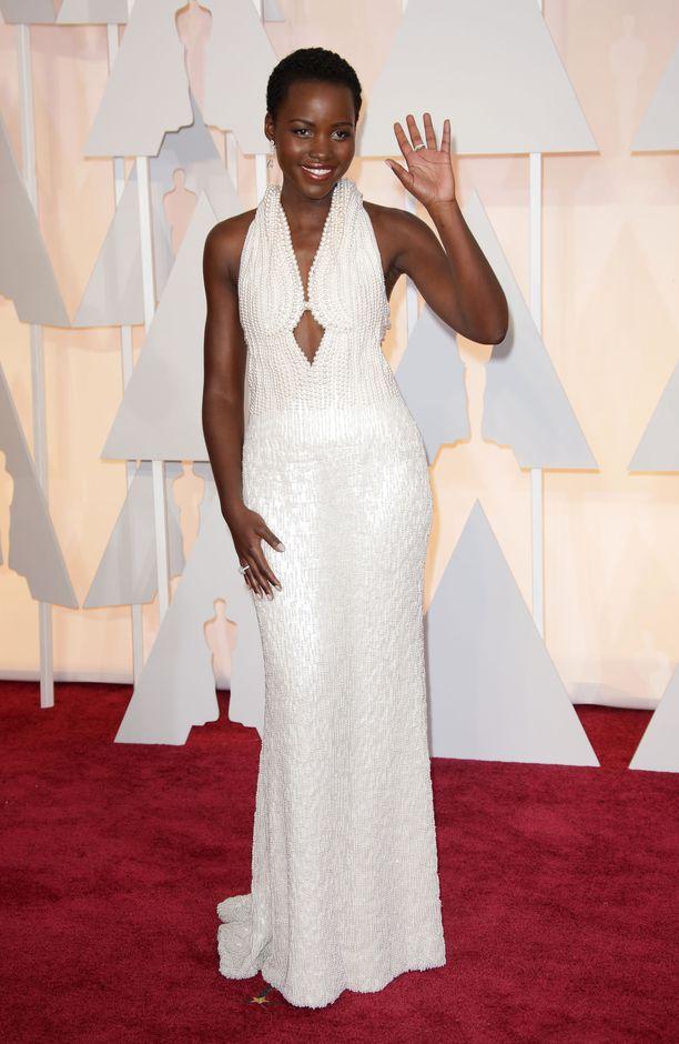 Lupita Nyong'o saapui vuoden 2015 Oscar-gaalaan yllään huikea Calvin Kleinin luomus.