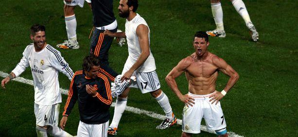 Ronaldo esitteli vatsalihaksiaan voiton jälkeen.