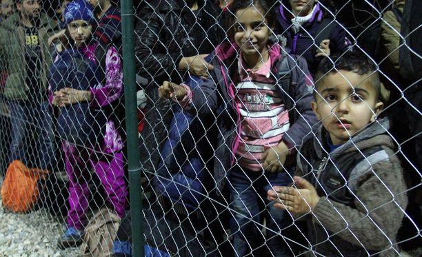 Syyriasta paenneita lapsiperheitä kuvattuna Serbian ja Makedonian rajalla helmikuussa 2016.