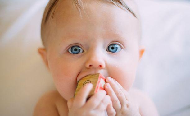 Neljän kuukauden ikäinen vauva haluaa jo tarttua esineisiin ja kiinnostuu ympäröivästä maailmasta.