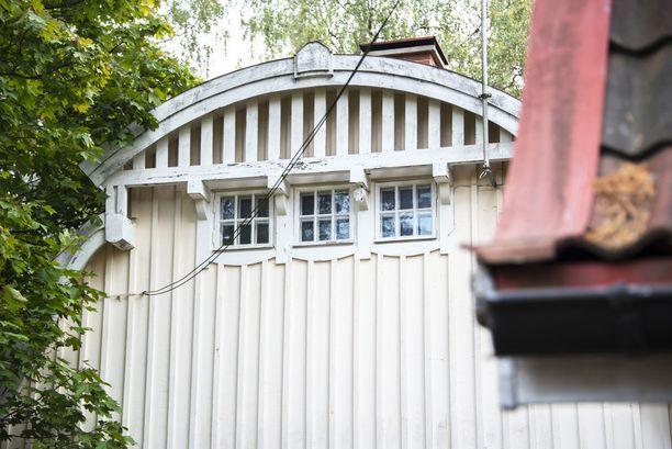 Kulosaaren palokunnantalon ryhmittymästä löytyy kiinnostavia yksityiskohtia, kuten nämä pienet ikkunat.