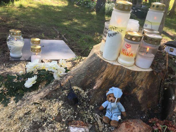 Onnettomuuspaikalle on sunnuntain aikana tuotu lukuisia kynttilöitä ja muistoesineitä.