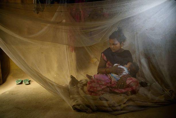 Lalita Badi, 17, naitettiin 12-vuotiaana vanhemmalle miehelle. Hän tuli pian raskaaksi kaksi kertaa, molemmat vauvat kuolivat. Kolmas lapsi selvisi ja on nyt 7 kuukautta vanha. Lalitan mies on lähtenyt vuosi sitten, on nyt uusissa naimisissa eikä pidä mitään yhteyttä perheeseen.