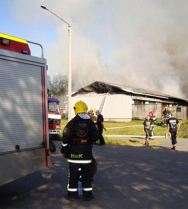Eilen kerrottiin, että alustavien tietojen mukaan tulipalo olisi saanut alkunsa yhden asunnon sohvasta.