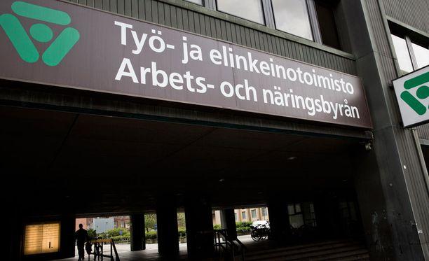 Neljännes suomalaisista sanoo MTV:n kyselyssä yleisesti ottaen hyväksyvänsä tiukennukset, 40 prosenttia hyväksyy ne osittain.