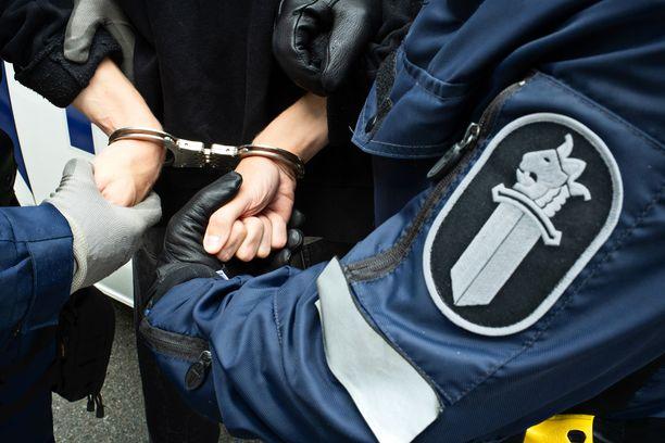 Poliisi sai lopulta aseella osoitelleen miehen tulemaan ulos asunnosta käskyttämällä. (Kuvituskuva. Kuvan henkilöt eivät liity tapahtumiin.)