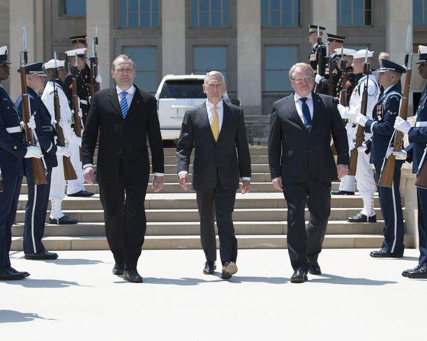 Puolustusministeri Jussi Niinistö (sin) ja Ruotsin puolustusministeri Peter Hultqvist tapasivat Pentagonissa Yhdysvaltain puolustusministeri James Mattisin juhlavissa merkeissä.