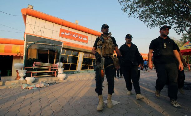 Irakin poliisi tutki itsemurhaiskun tekopaikkaa Nasiriyahissa syyskuussa. Iskuissa ravintolaan ja poliisin tarkastuspisteelle kuoli ainakin 50 ihmistä.