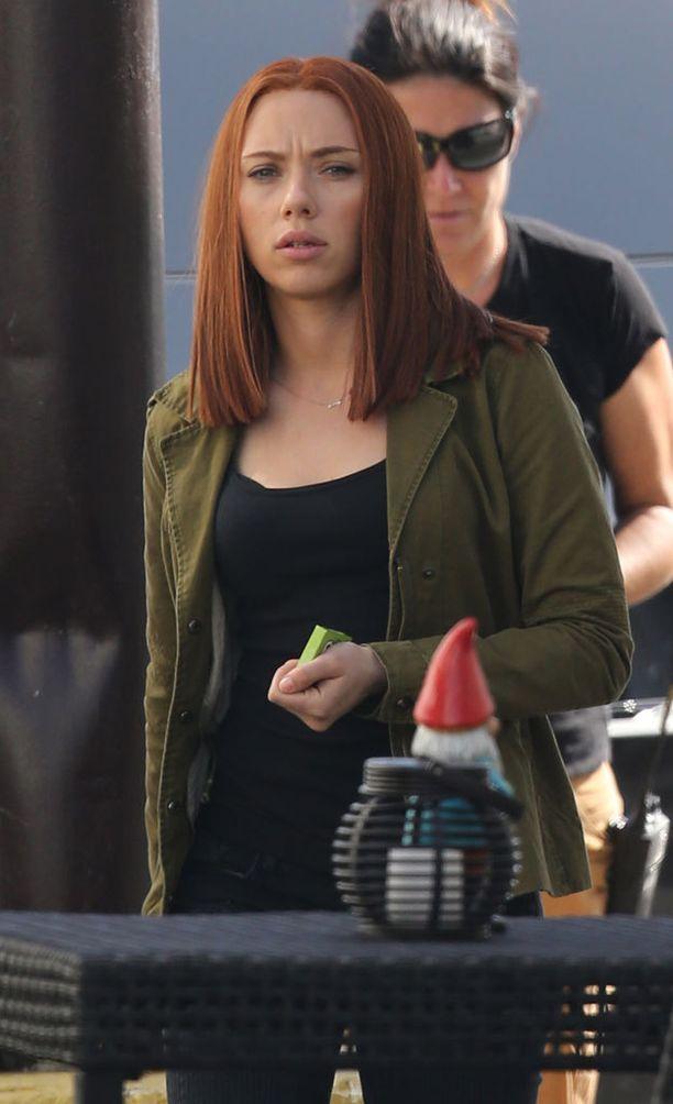 Scarlett punatukkaisena filmaamassa Captain America -elokuvaa vuonna 2013...