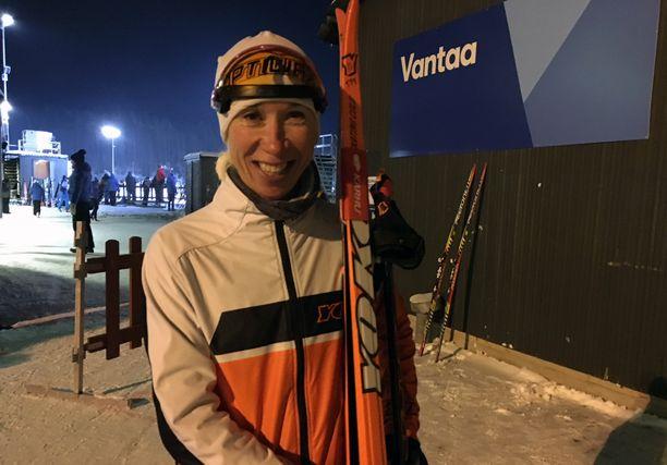 Annemari Kiekara, 42, hakee menestystä hiihtoladuilta. Keskiviikkona hän kilpaili Vantaalla Suomen cupissa.