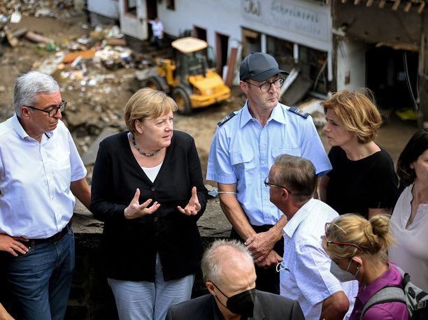 Liittokansleri Angela Merkel järkyttyi näkemästään vieraillessaan tulvien koettelemassa Saksan länsiosassa sunnuntaina.