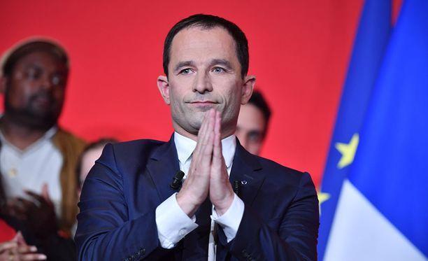 """Kampanjatyöläinen kuvaa sosialistien ehdokasta Benoît Hamonia """"aidosti älykkääksi ihmiseksi""""."""
