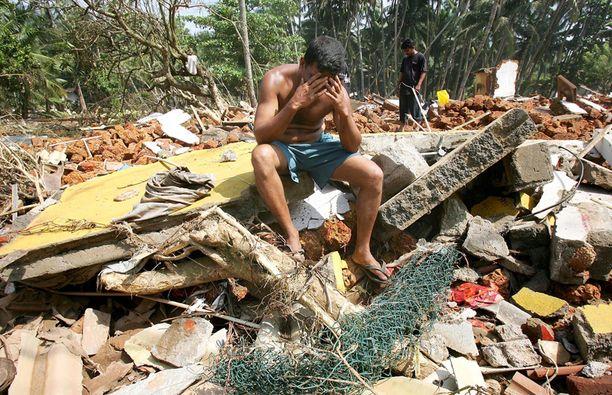 30. joulukuuta 2004, Kalutura, Sri Lanka. Lohduton mies talonsa raunioilla.