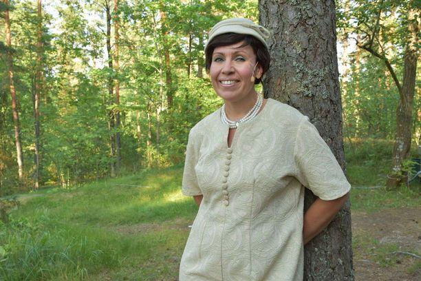 Anna Hanski esittää Peppi Pitkätossu-näytelmässä Rouva Ryöppyvaaraa, joka ei hyväksy villiä Peppi Pitkätossua.