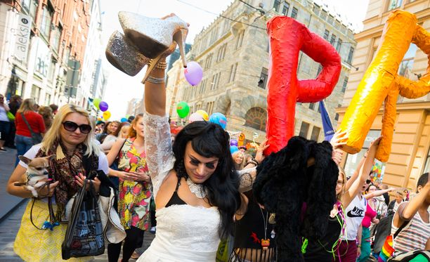 Drag queen -esiintyjä Joni Virtanen otti Pride-kulkueesta ilon irti viime vuonna.