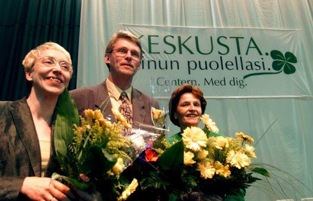 Aula on keskustan entinen varapuheenjohtaja ja toiminut kolmen keskustalaisen pääministerin (Esko Aho, Anneli Jäätteenmäki ja Matti Vanhanen) talouspoliittisena neuvonantajana. Kuvassa Aula (vas.), Vanhanen ja Jäätteenmäki vuonna 2000.