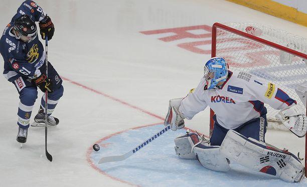 Matt Dalton piti kiellettyä maskia päässään myös Suomea vastaan pelatussa EHT-ottelussa.