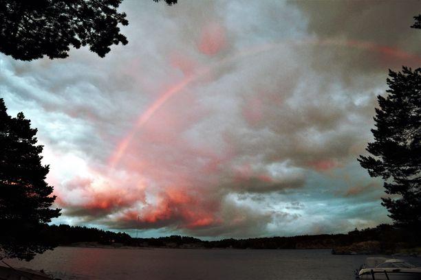 Punaiset pilvet ja punainen sateenkaari kruunasivat epävakaisen perjantain Paraisilla.