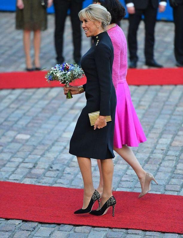 Brigitte Macron valitsi päälleen kultaa ja mustaa Helsinkiin.