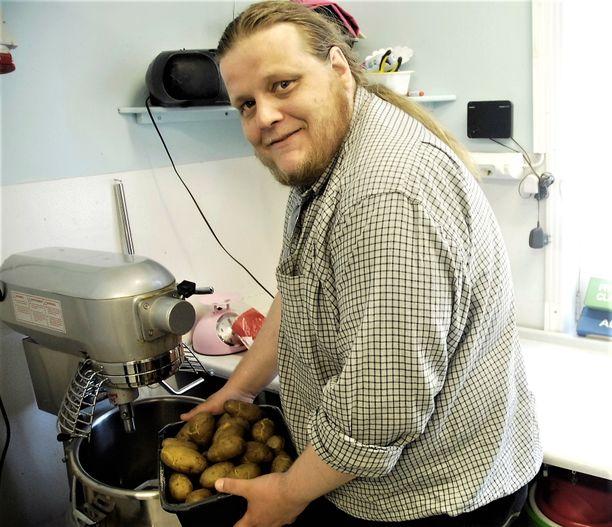 Nyt Juha-Matti Soon auttaa siellä, missä häntä ennen autettiin. Hänen työhönsä kuuluu muun muassa ruuanlaittoa.