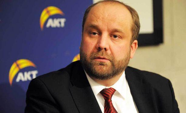 AKT:n puheenjohtaja Marko Piirainen ihmettelee, kuka valvoo ministerin esityksessä olevaa pienimuotoista kuljetustoimintaa.