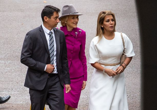 Valkoiseen pukeutunut prinsessa Haya saapui kuulemisiin Lontoossa.