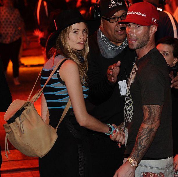 Paparazzit yllättivät Adam Levinen ja Behati Prinsloon illan hämärässä.
