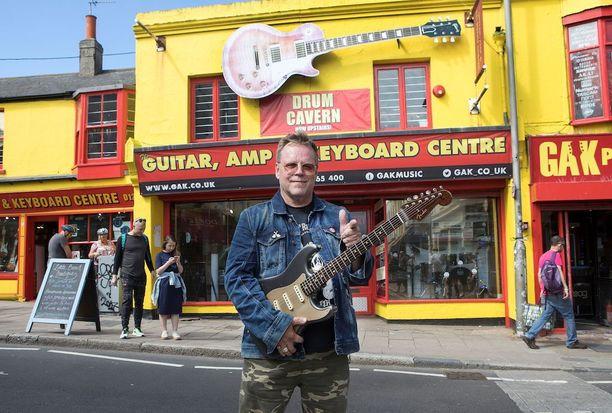 Brighton rocks! Neumann poseeraa lempikitaransa Fender Stratocasterin kanssa Brightonin kuulun Gak Pro-Audio -musakaupan edessä.