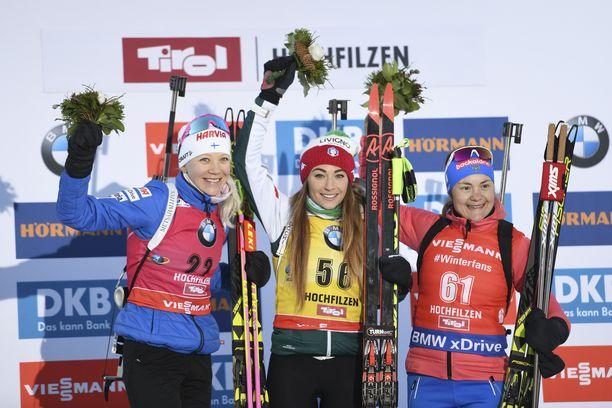 Kaisa Mäkäräinen (vas.), Dorothea Wierer ja Jekaterina Jurlova-Percht muodostivat kärkitrion ampumahiihdon maailmancupin osakilpailussa torstaina Itävallassa.