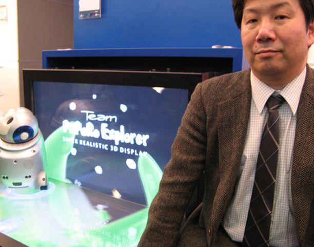 NECin tutkimuslaboratorion johtaja Fujio Okumura esitteli uuden 3D-näytön prototyyppiä Cebit-messuilla.