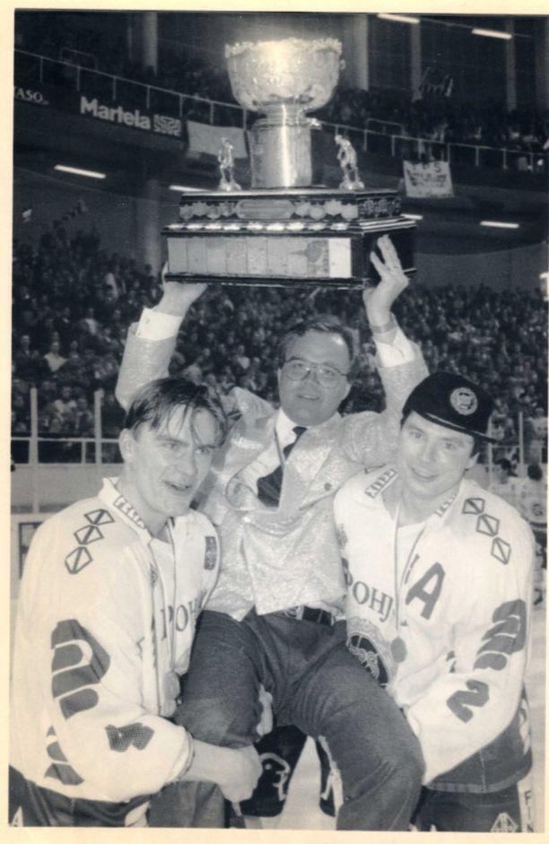 Hannu Jortikka sai kaivaa kultaisen takkinsa esiin myös vuoden 1991 mestaruusjuhlissa. Kuvassa valmentajaa kannattelevat Heikki Leime sekä Jouko Narvanmaa.