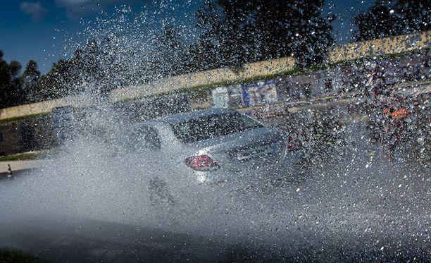 Ajonopeus yhdessä renkaan ominaisuuksien ja kunnon kanssa vaikuttavat vesiliirtoon.