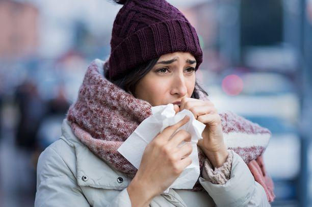 Koronaviruksen yleisimmät oireet ovat nopeasti nouseva korkea kuume, yskä ja hengenahdistus.