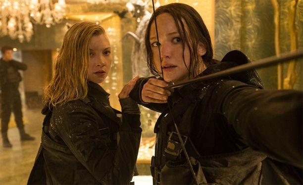 Jennifer Lawrence (oik.) pitelee käsissään jousta, jonka arvo voi nousta toukokuun huutokaupassa hulppeisiin summiin.