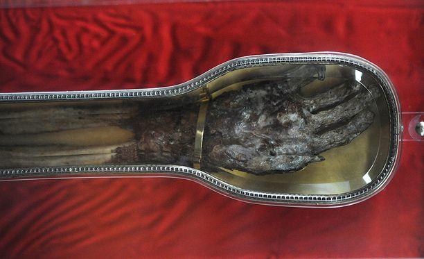 Käsi leikattiin irti pian pyhimyksen kuoleman jälkeen ja kuljetettiin Roomaan.