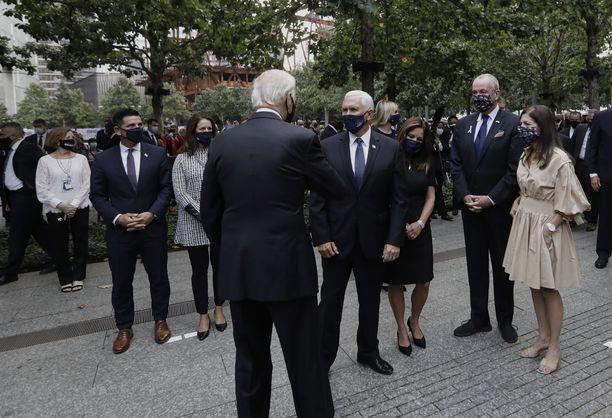 Joe Biden ja varapresidentti Mike Pence tervehtivät toisiaan kyynärpäillään New Yorkissa.