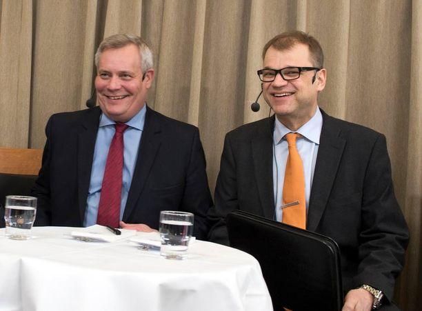 Puoluejohtajat Antti Rinne (sd) ja Juha Sipilä (kesk) saavat ohjeen eritellä jatkossa tarkemmin edustuslaskunsa.