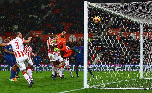 Wayne Rooneyn vapari uppoaa aivan Stoke-maalin ylänurkkaan.