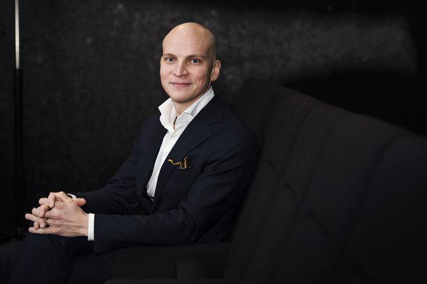 Riku Nieminen kuvattuna Karppi-sarjan pressitilaisuudessa.