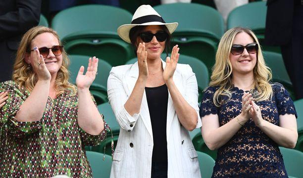Herttuatar Meghan seurasi Serena Williamsin toisen kierroksen ottelua ystäviensä Genevieve Hillisin ja Lindsay Rothin kanssa.