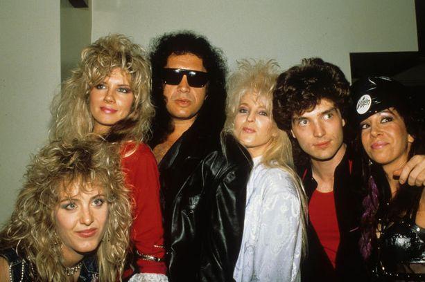 Vixen Gene Simmonsin ja Richard Marxin seurassa: Share Ross (alh. vas.), Jan Kuehnemund (ylh. vas), Janet Gardner (keskellä) ja Roxy Petrucci (oik.)