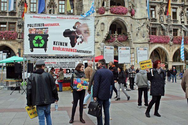 Kun islamia vastustava Pegida pitää kojua München keskustassa, paikalle saapuu heti useita vastamielenosoittajia.
